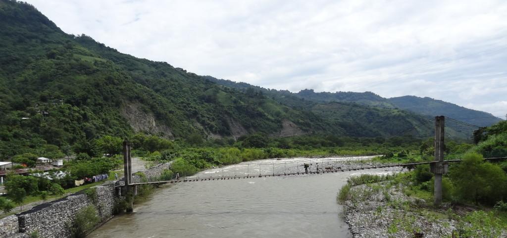 Puente peatonal para cruzar el río en Patla