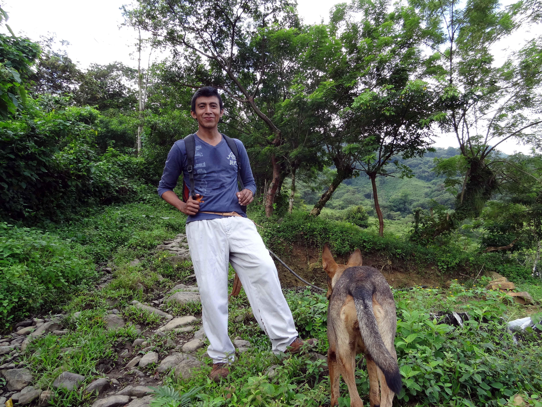 Juan Barragán, un hablante de herencia de la lengua totonaca, posa con su perro para la foto con orgullo después de ayudar a traducir expresiones totonacas al español.