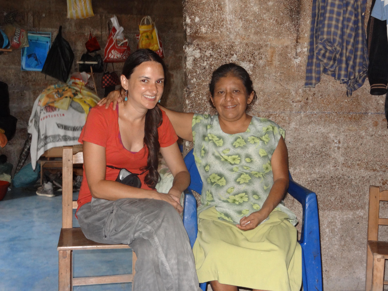 Maestra del idioma  Katalina Fuentes trabajó pacientemente con la estudiante y investigadora Michelle García-Vega para transcribir una historia contada por su madre, Lucresia Fuentes, y todavía sonríe después de un día larga de trabajo.