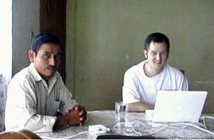 Estudiante investigador Ryan Klint trabaja con Porfirio Sampayo.