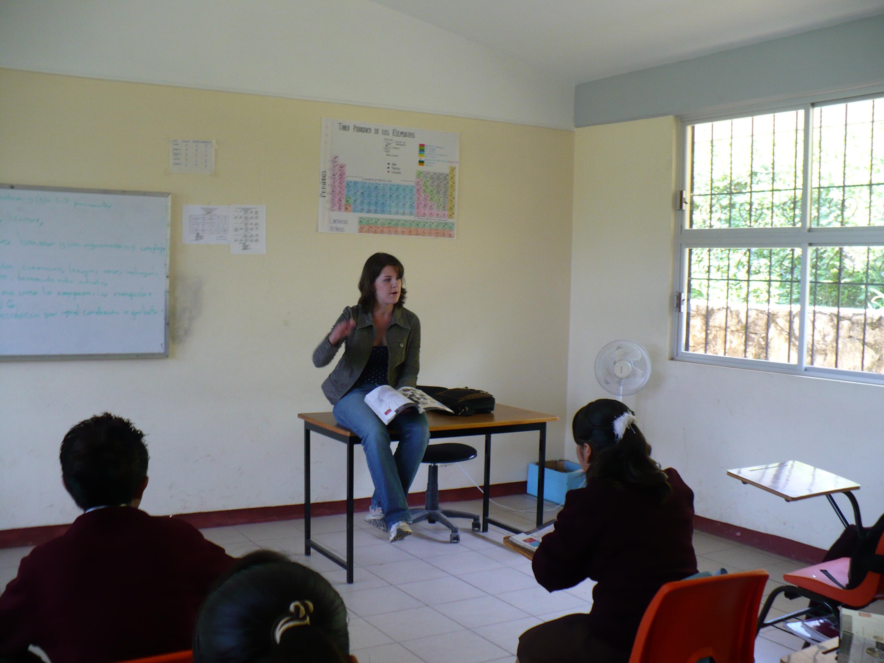 Rachel McGraw habla con estudiantes en Ozelonacaxtla.