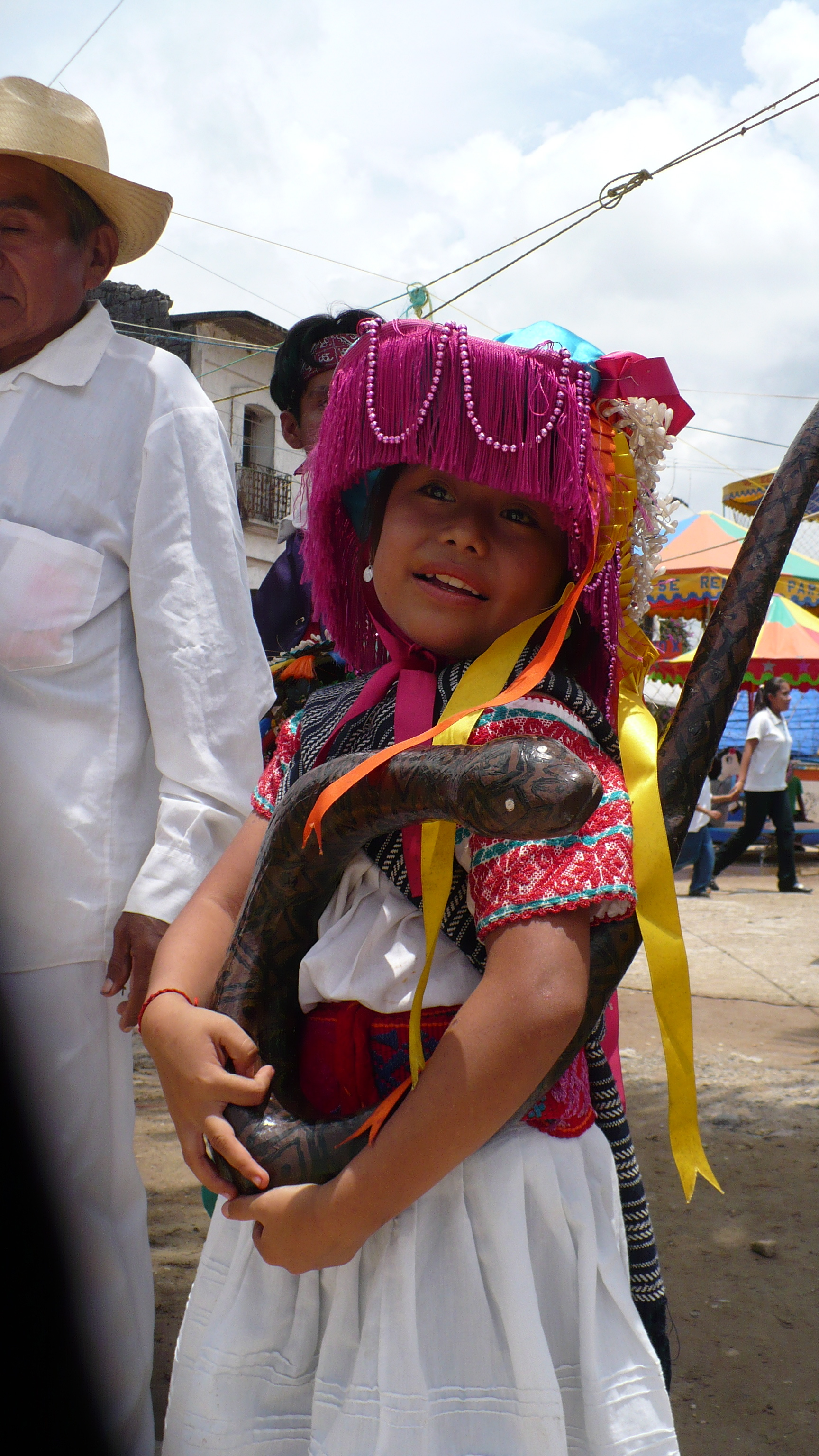 Niña en ropa típica con serpiente de madera en Ozelonacaxtla, 2010.