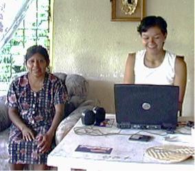 Investigadora estudiante Vianey Valera revisa las transcripciones con Katalina Fuentes para corregir errores.